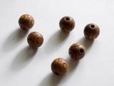 Korálek dřevěný hnědý s rytým motivem -pr.15mm