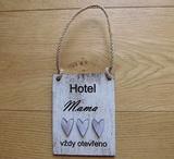 Cedulka Hotel mama...  typ.písma č.1-13x10cm-hnědá-bílá,levand.srdce překl.