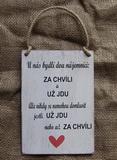 Cedulka U nás bydlí 2nájemníci... cca 14x20cm -hnědo-bílá patina