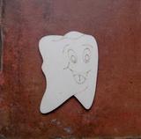 2D výřez zub s obličejem - 8x5,8cm