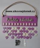 Sestava s nápisem Rodinný kalendář tamavá fialovo-levandulová