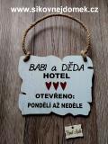 Cedulka Babi a děda hotel cca 14x11cm-hnědo-bílá,červené srdce tisk.