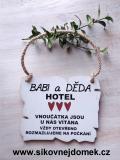 Cedulka Babi a Děda hotel,rozmazluji... 14x11cm- hnědo-bílá patina