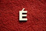 2D výřez písmeno É v.cca  2,4cm