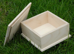 Døevìná krabièka s víèkem  10,5x10,5x5cm