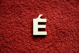 2D výøez písmeno É v.cca  2,4cm