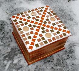 Døevìná mozaiková krabièka hnìdo-oranž - zvìtšit obrázek