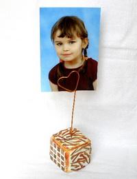 Døevìná kostièka jako stojánek na foto