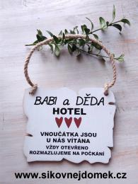 Cedulka Babi a Děda hotel,rozmazluji... 14x11cm- hnědo-bílá patina - zvětšit obrázek