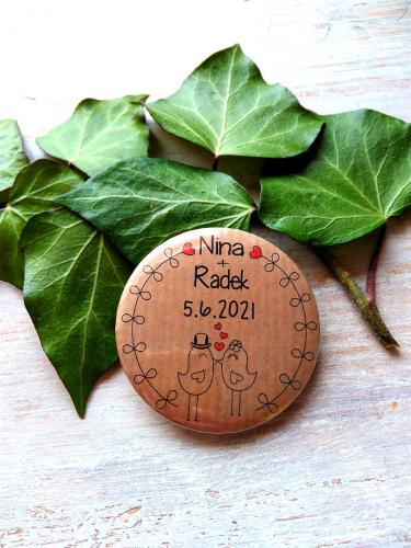Svatební button se špendlíkem, pr.5cm ptáèci,podklad tm.pøírodní