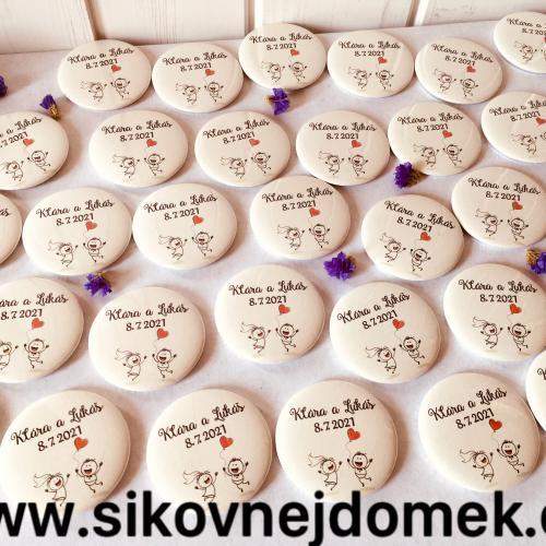 Svatební button se špendlíkem, pr.5cm postavièky se srdíèkem, sv.pøírodní
