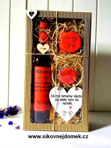 Svatební dárková pro novomanželé-medovina 500ml,med 180g,magnet, srdíèko- èervená barva