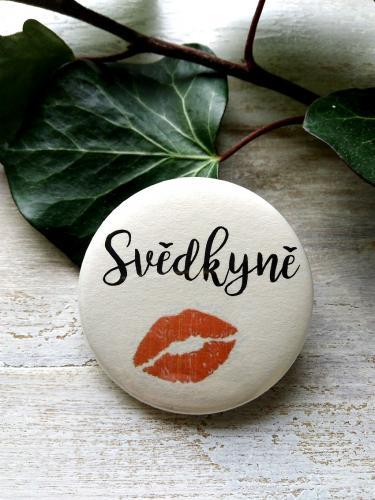 Svatební placka, button se špendlíkem Svìdkynì, pr.5cm podklad sv.pøírodní - zvìtšit obrázek